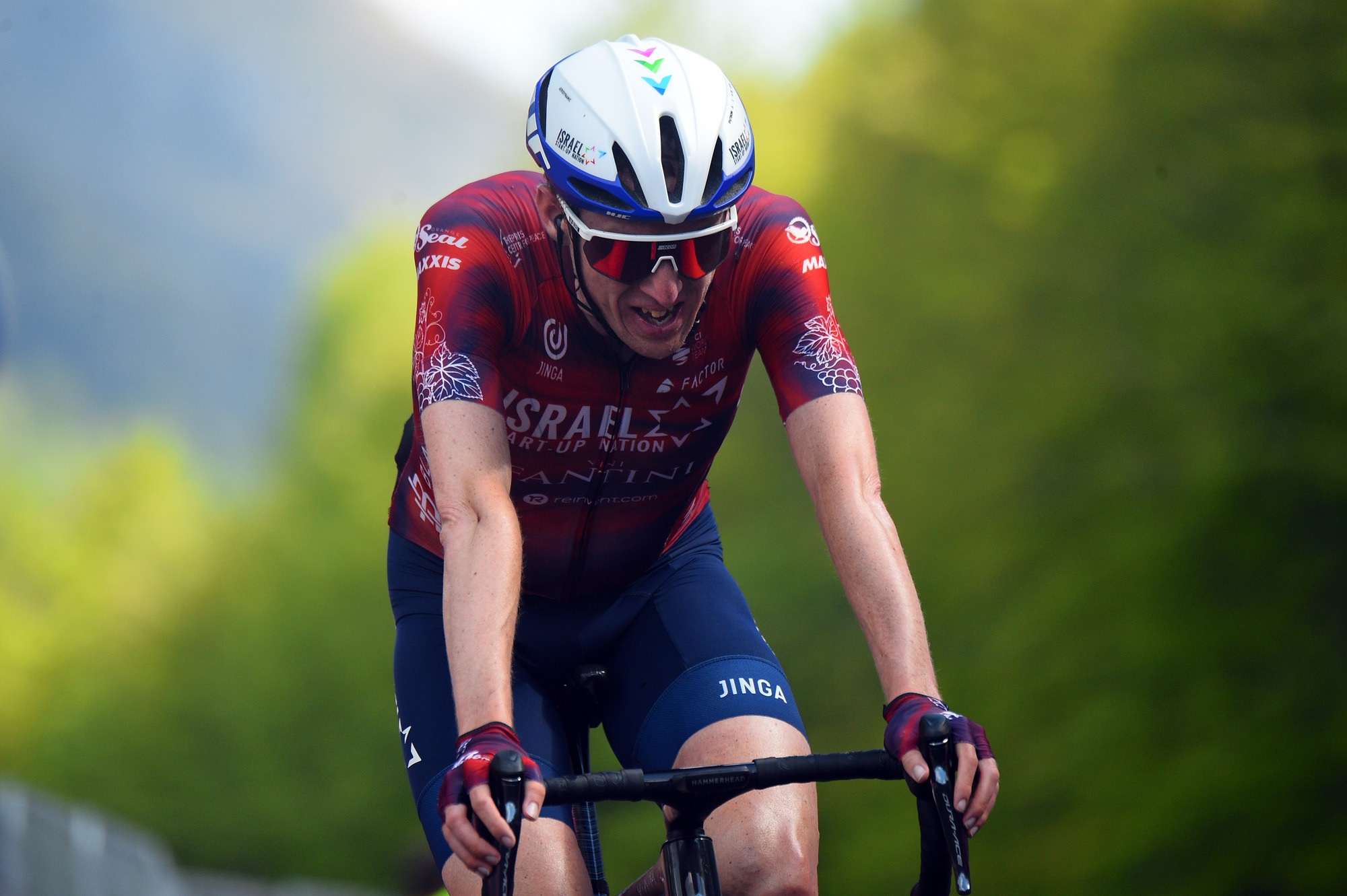 Dan re-enters Giro-battlefield with sixth place, powerful Niv attacks but doesn't get away